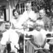 Familjen Wass 1932 framför bankhuset