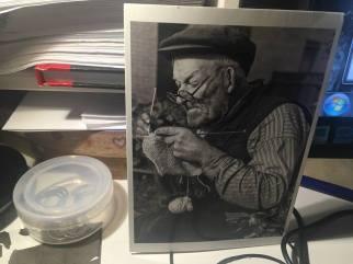 vykort vid datorn-mörk